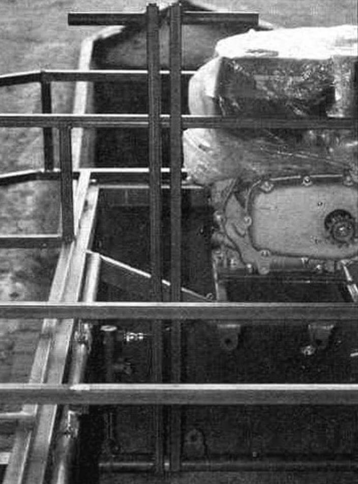 К рычагам управления приварены трубчатые оси: правая длинная, левая короткая