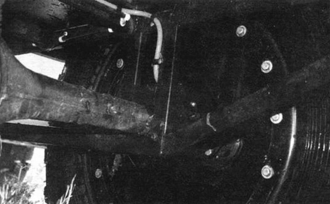 Подвески «Ромб», как и большинство «переломок», не имеет, крепление моста к раме незамысловато и понятно из фотографии