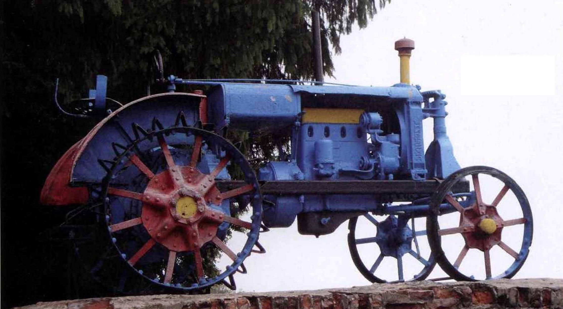 Трактор «Универсал» на постаменте в Полтаве