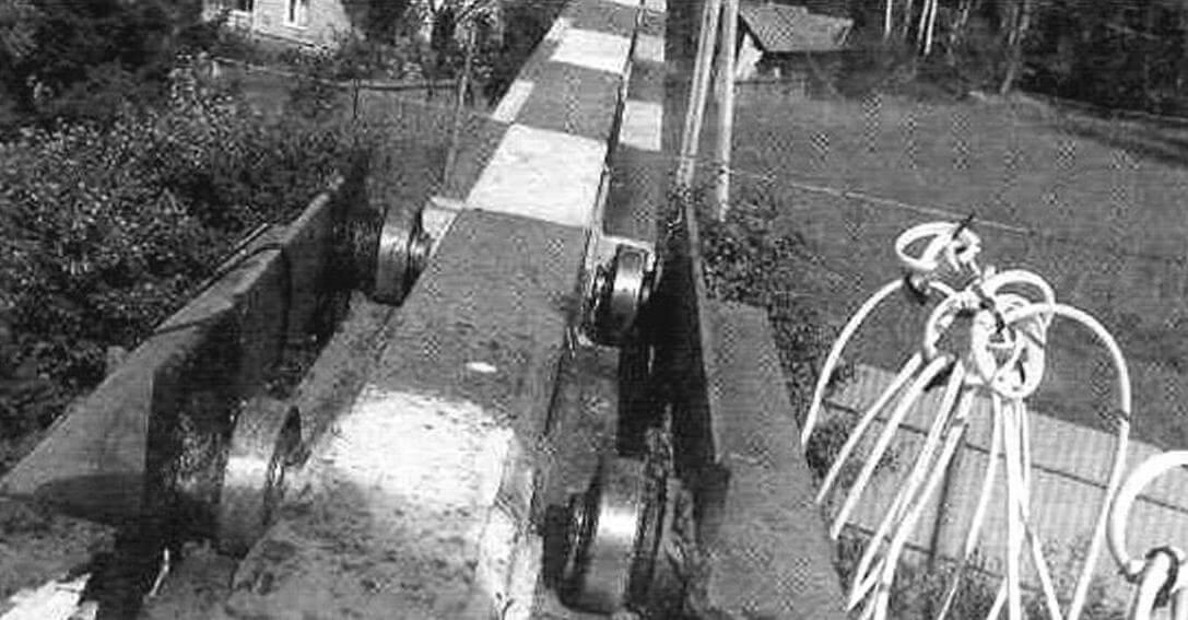 Каретка тельфера катается на роликах (шарикоподшипниках) по направляющим стрелы из уголка 40x40 мм