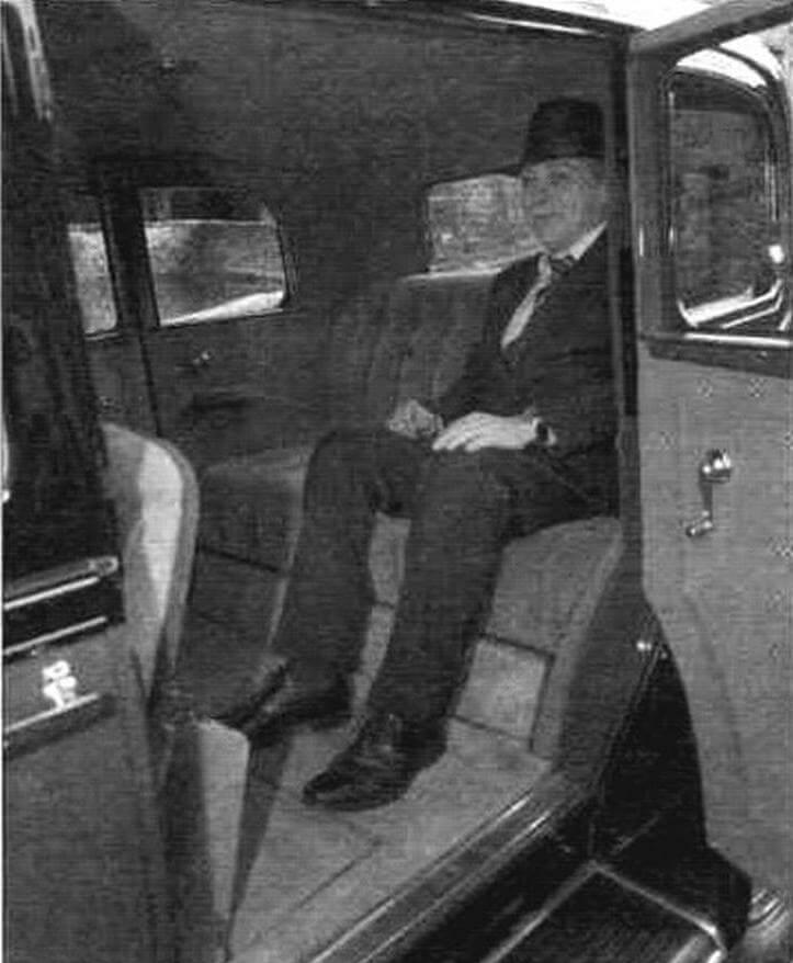 Как и положено, в лимузине задние пассажиры не обделены комфортом: роскошный диван гарантирует исключительный комфорт