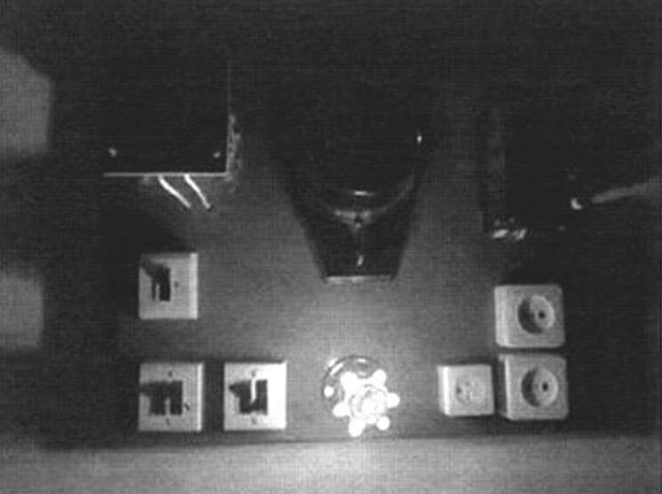 Самодельная лампа в роли подсветки на электрическом щитке в гараже
