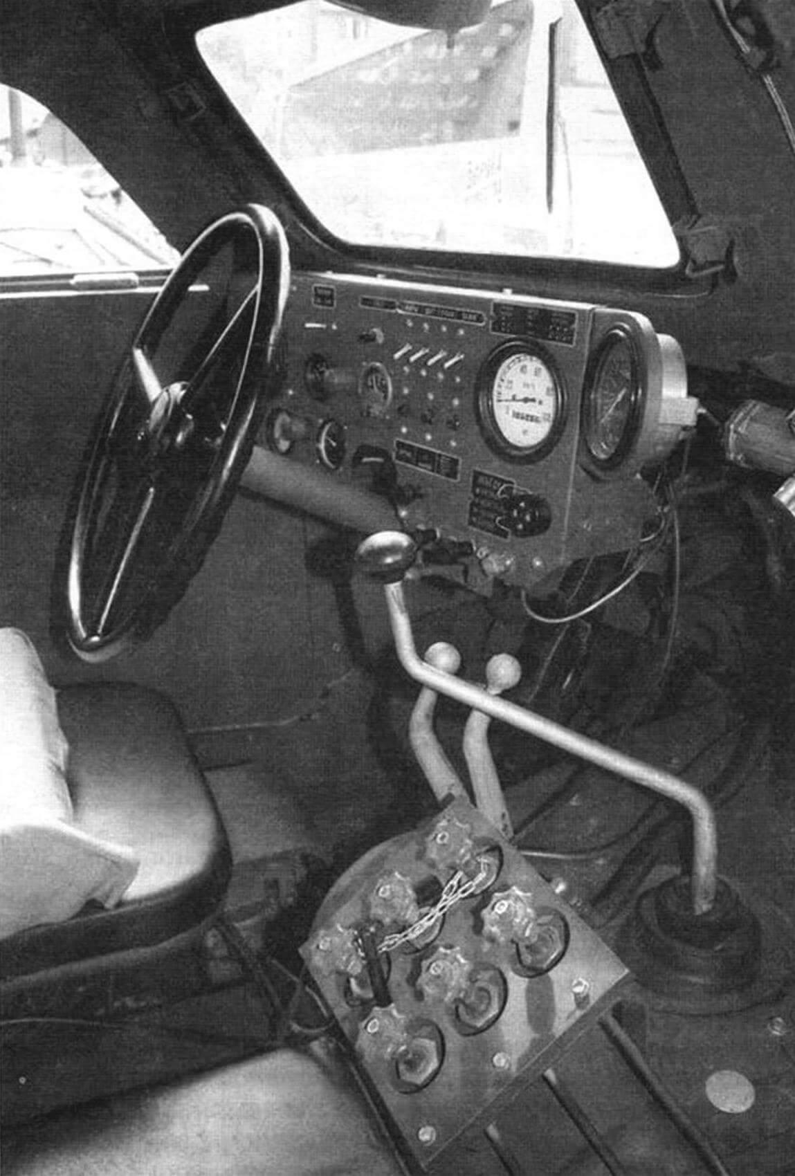 Место механика-водителя БТР-152. Шесть красных вентилей - пульт управления системой подкачки шин