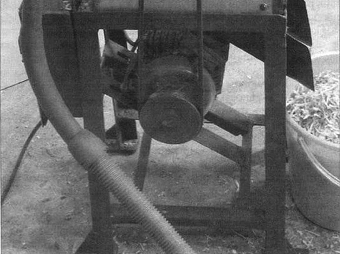 Восстановленный и модернизированный станок. Электродвигатель установлен в нижней части на салазках, слева находится шланг отсоса мелких опилок, справа выведен лоток сбора стружки