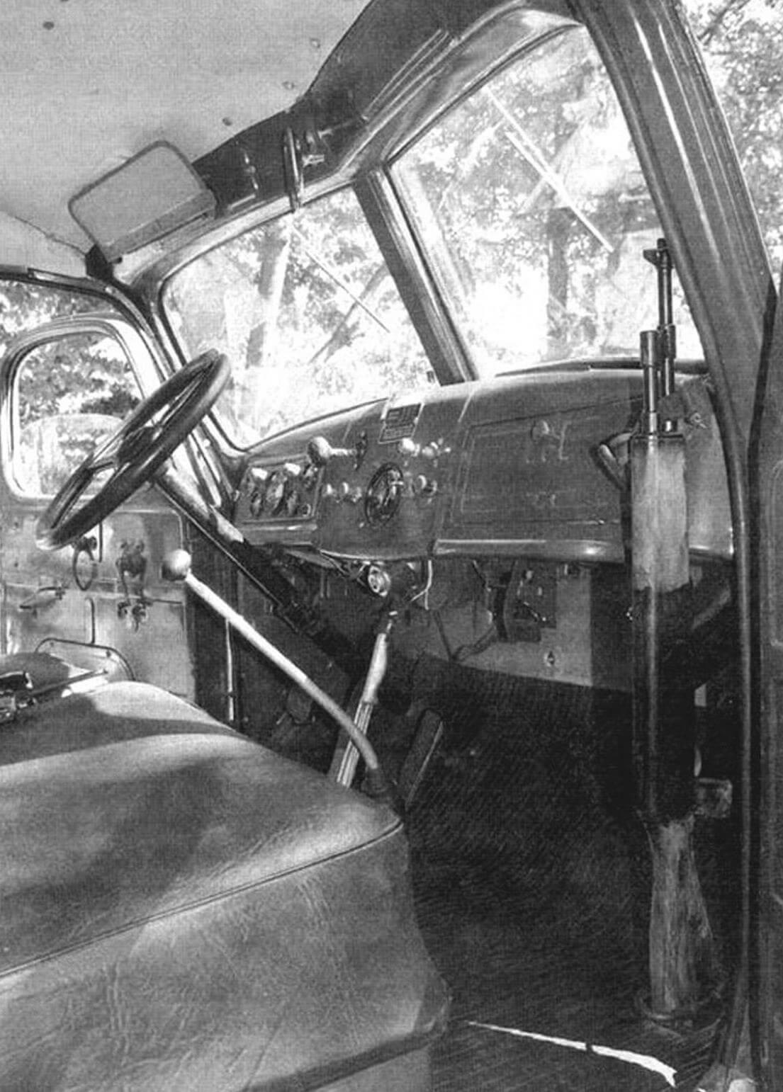 Оружие в кабине ЗИС-150 не просто так - это именно армейский вариант автомобиля