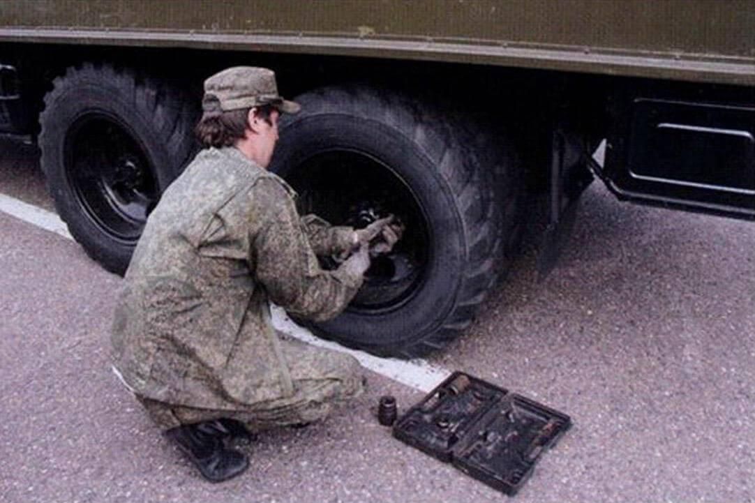 ЗИС-151 потребовалась замена колеса - старая резина начала травить воздух