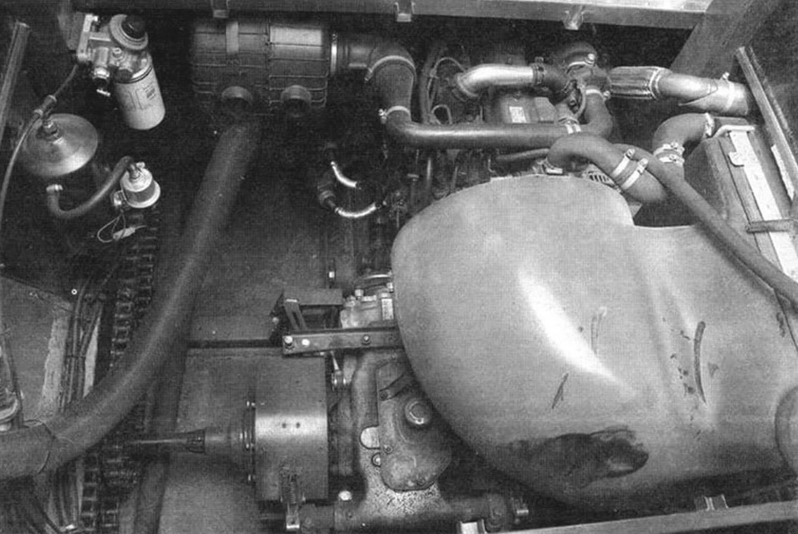 Вверху: в машине только два сиденья, управление происходит при помощи рычагов В центре: силовой агрегат состоит из дизеля Kubota V1505t мощностью 44 л.с. и пятиступенчатой КПП от ВАЗ-2110 Справа: к колесам крутящий момент передается открытыми пенями, имеется простейший механизм автоматической натяжки