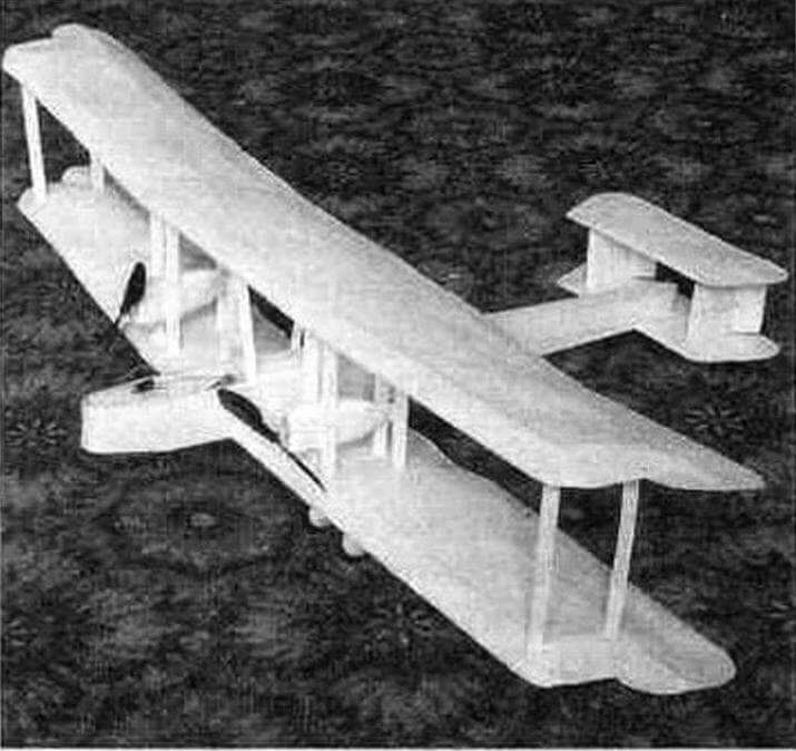 Эта бумажная модель бомбардировщика «Вими» с размахом крыльев 800 мм, с двумя электромоторами и радиоуправлением весит всего 125 грамм