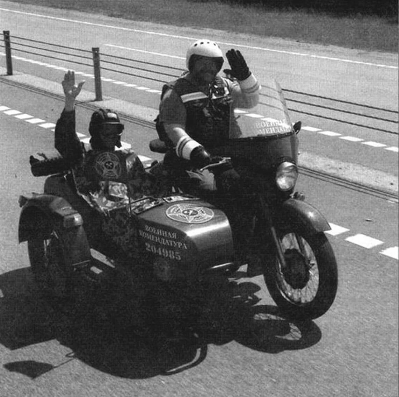 Возглавлял колонну Максим Вдовиченко на мотоцикле М-63