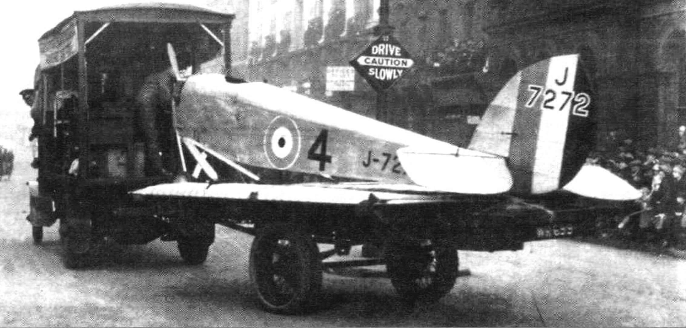 Один из самолетов ВВС везут через Лондон на автоприцепе, 1925 г.