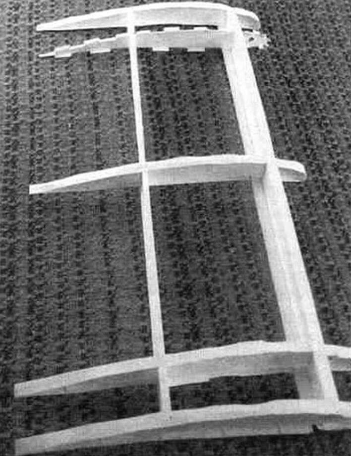 Центроплан модели биплана «Вими» в процессе его изготовления