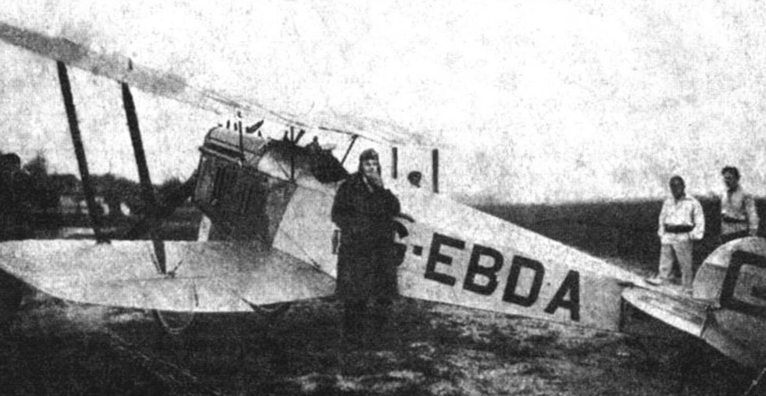 Летчик Гвайта возле своей английской авиетки после успешной посадки на Центральном аэродроме в Москве