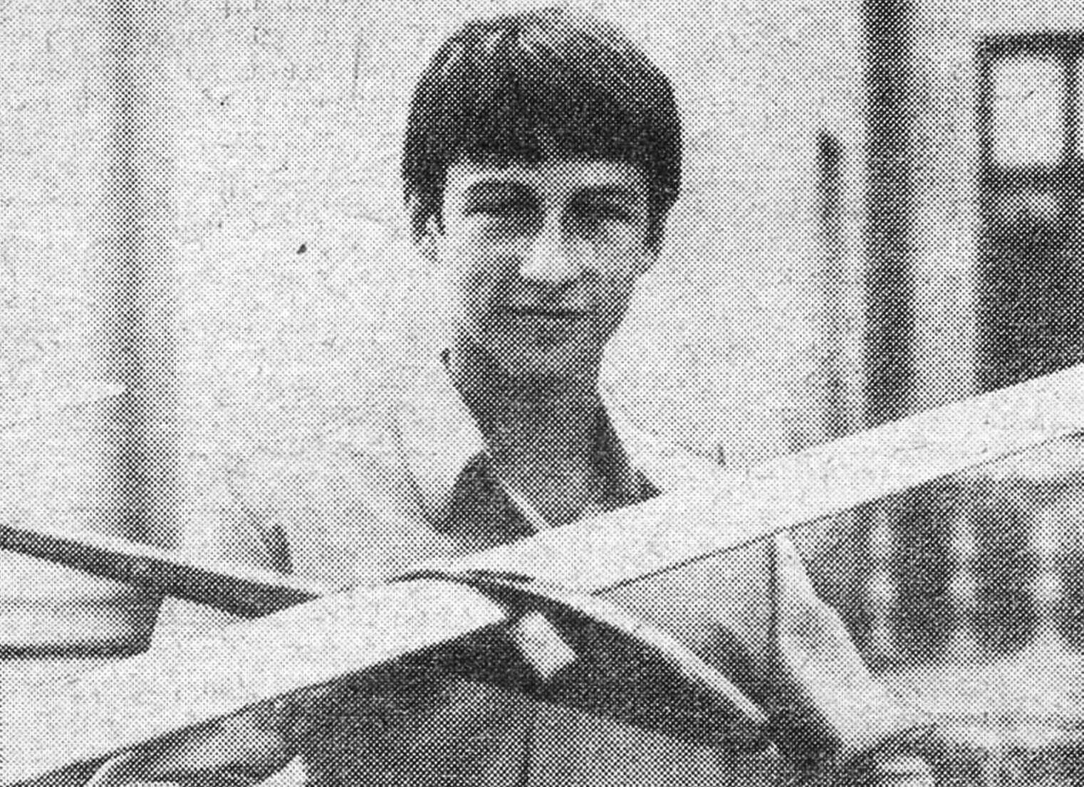 Игорь КИРПИЧНИКОВ, кандидат в мастера спорта, занимается в авиамодельной лаборатории Казанского Дворца пионеров. Планер, о котором он рассказывает, принес ему 1-е место и звание чемпиона на X Всероссийских соревнованиях школьников 1972 года.