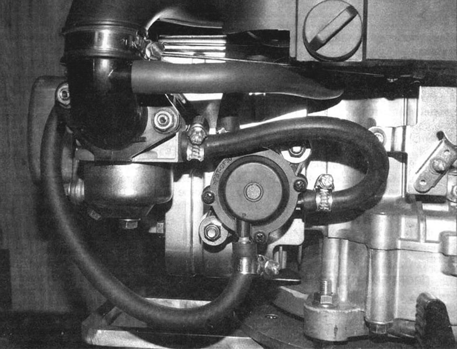 Установка вакуумного бензонасоса. Для теплоизоляции он кренится к кожуху цилиндра двигателя через фторопластовые втулки