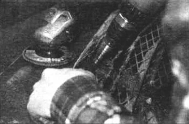 Сверлим отверстие в фальшрадиаторной решетке под разъем пульта ДУ