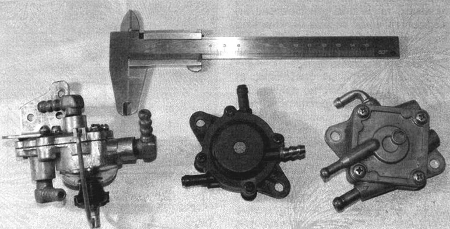 Вакуумные бензонасосы, справа налево: Yamaha, его китайская копия и насос «Ветерка»