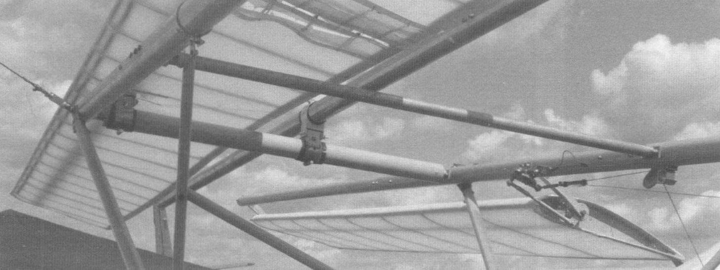 В центре шарнирный узел, соединяющий ферму каркаса аппарата и лонжерон заднего крыла