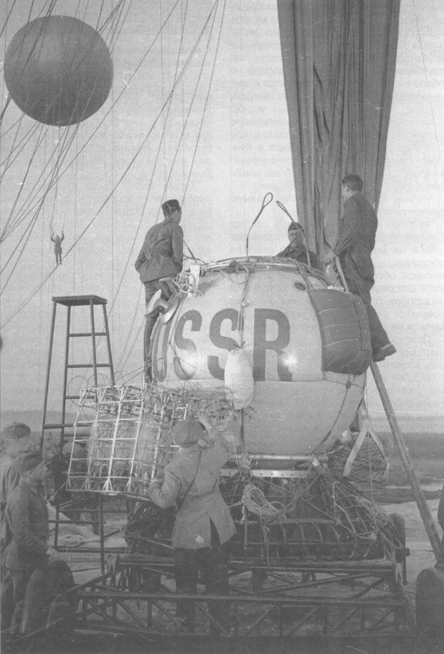 Подготовка к старту стратостата-парашюта СР-2