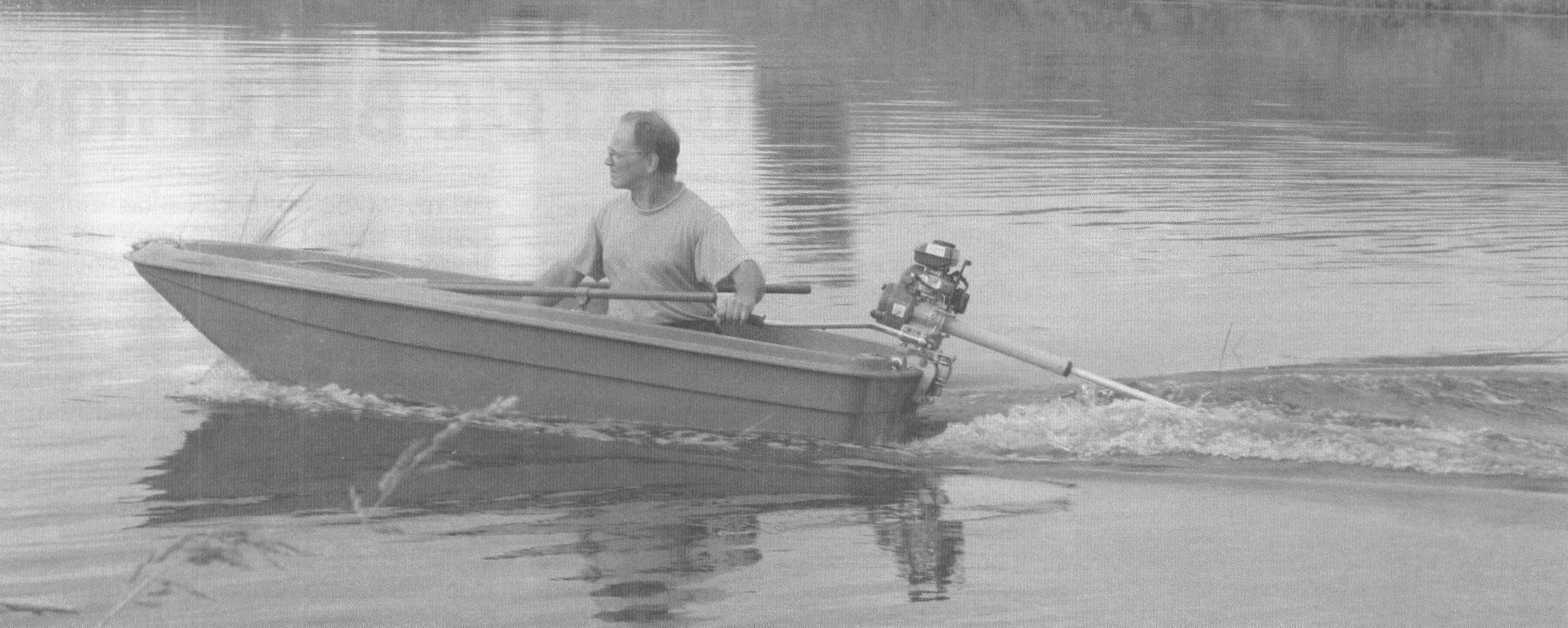На открытой воде мотор-веслом можно управлять в одиночку. На заросшем водоеме лучше иметь напарника: один смотрит вперед, куда движется лодка, а второй назад - где работает винт
