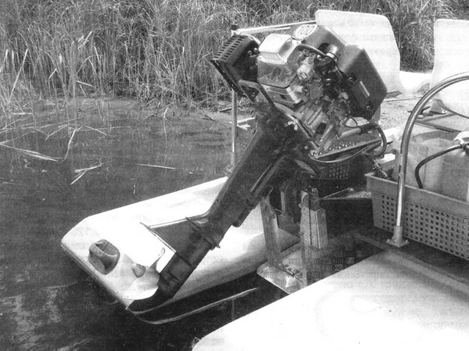 Мотор собран на транце катамарана. Кстати, между поплавками видно еще одно полезное изобретение - складной регулируемый гидроотбойник