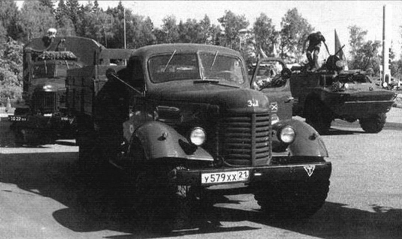 Наряду с бронетехникой в Брест отправились и грузовики 1950-х годов. На первом плане ЗИС-150 Дмитрия Рубцова из города Гаврилов-Ям, из-за него выглядывает ЗИС-151 Виктора Девяткина из Сергиево-Посадского района Московской области