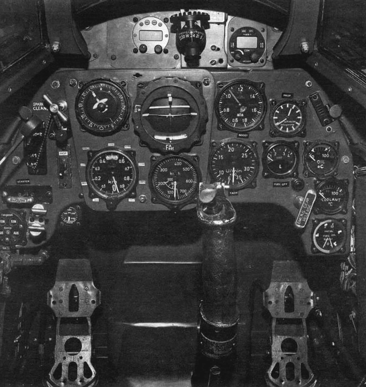 Особенностью приборного оборудования кабины летчика на истребителе Bf 109G были комбинированный пилотажный прибор, совмещавший авиагоризонт, указатель поворота и скольжения (в центре). Навигационное оборудование представлено магнитным компасом с картушкой (вверху) и индикатором дистанционного электрического компаса, датчик ко юрою располагался вдали от магнитных масс. У пилота также имелись указатель скорости (иод комбинированным прибором) и слева от него - высотомер, а также приборы, контролирующие работу силовой установки, масло- и топливной систем