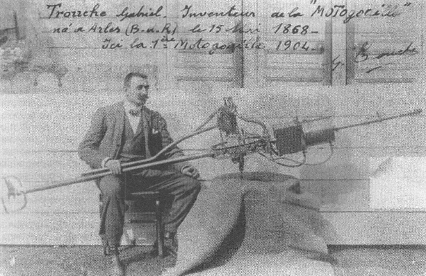 Изобретатель мотор-весла француз Габриэль Труше со своим детищем (фото 1904 года)