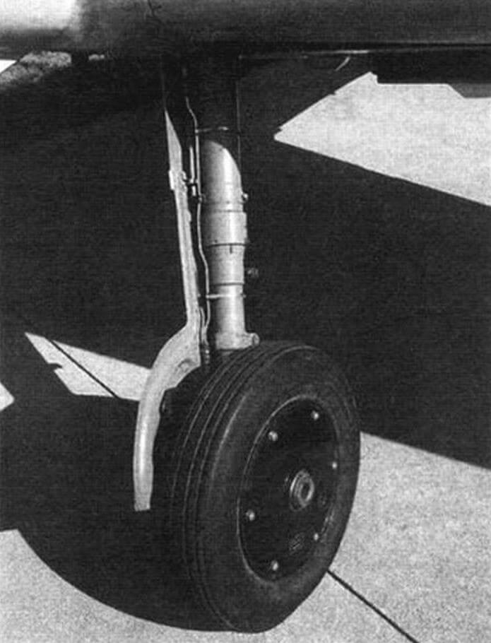 Основная опора шасси Bf 109G-4 с уменьшенным углом развала колеса