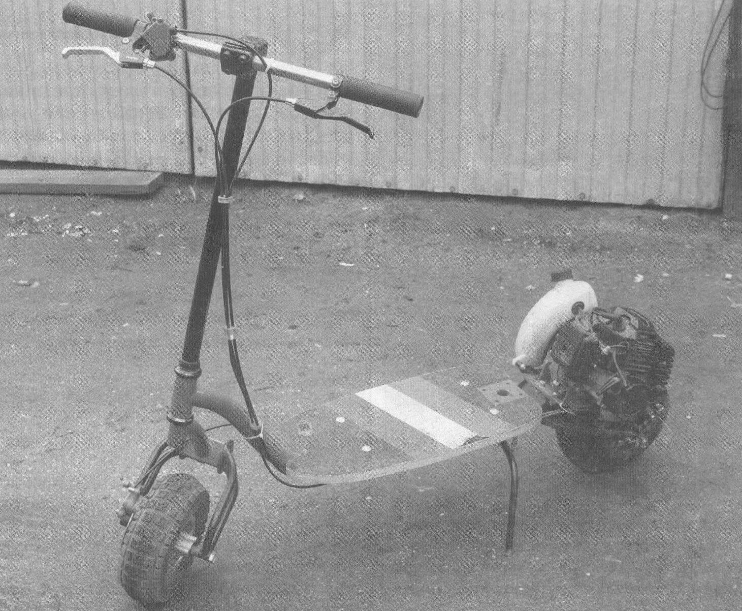 Подседельная стойка снята, поскольку конструктор этого транспортного средства убежден, что ездить стоя на нем намного азартнее