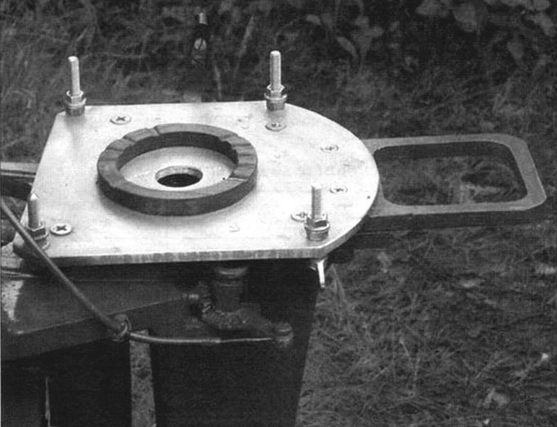 Окончательный вид переходной плиты: одна центрирующая шпилька и три болта-«барашка»