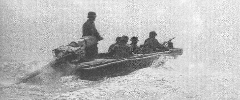 Немецкая штурмовая лодка Sturmboot 39 с мотор-веслом Maybach S5. Наверно, для боевых условий это не самое лучшее решение: экипаж пригнулся, а водитель вынужден управлять судном, стоя под пулями в полный рост