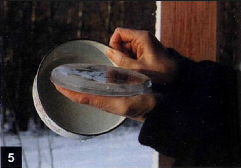 Чтобы извлечь игрушку, немного согрейте ее, опустив форму на несколько секунд в кастрюльку с горячей водой