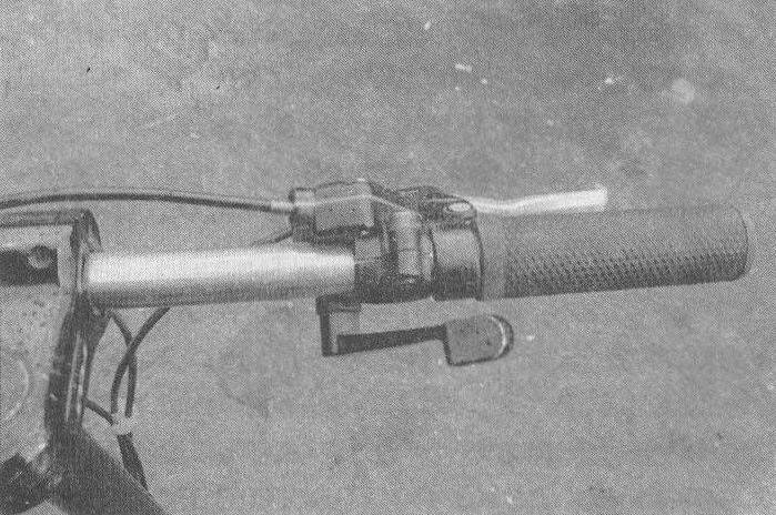 Акселератор управляется рычагом-гашеткой, а не поворотной рукояткой, которые обычно устанавливают на мототехнике