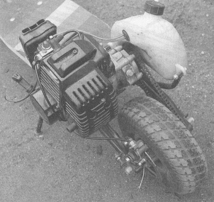 Компактный китайский моторчик от бензокосы наделяет легкую двухколесную машинку приличной динамикой, с которой надо уметь совладать