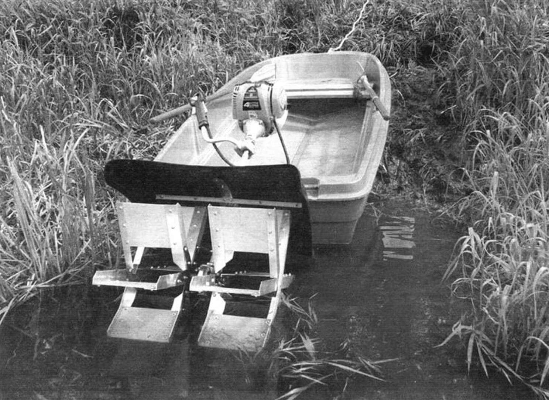 Колесный подвесной мотор установлен на лодку