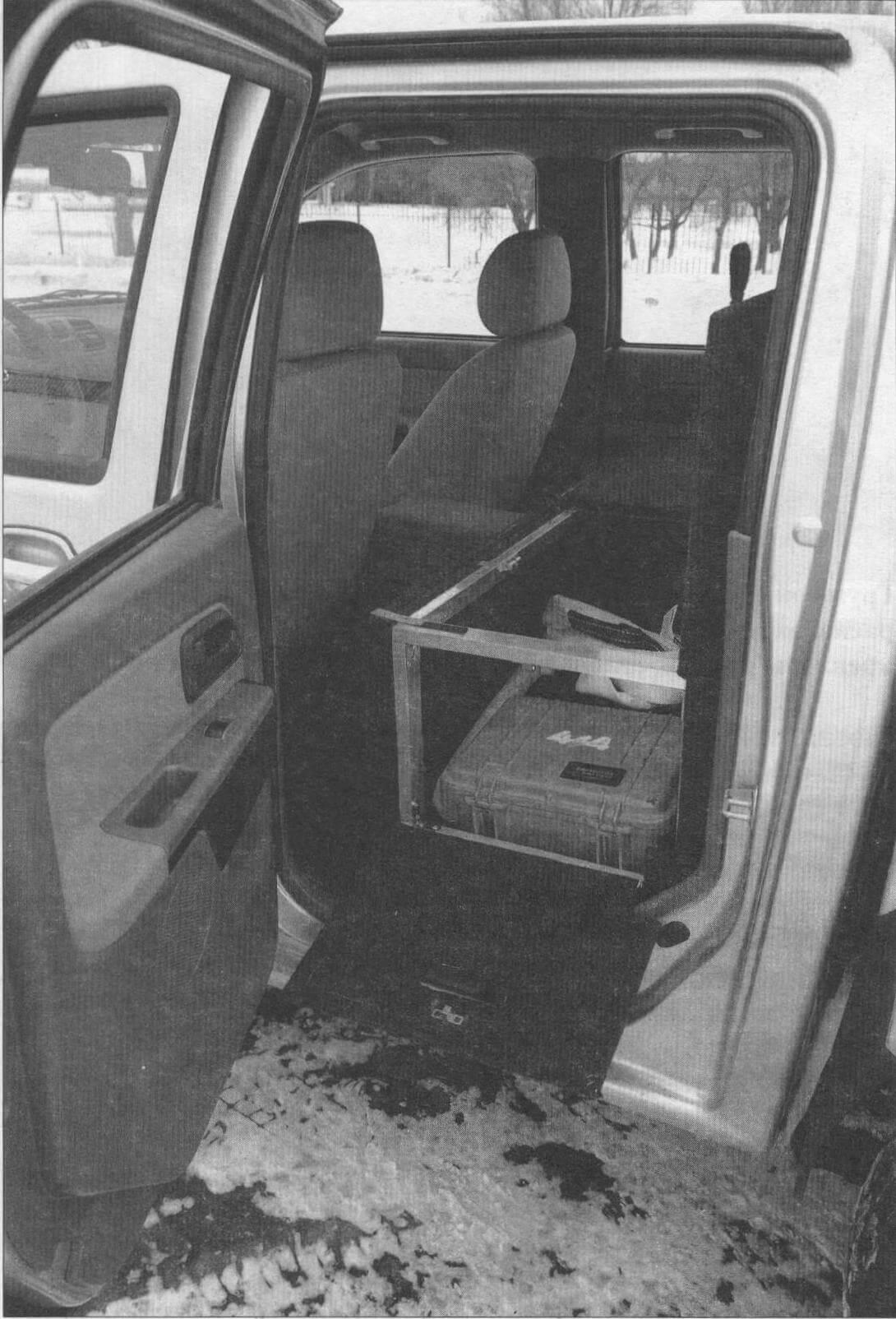 Левый грузовой рундук используется для хранения внедорожного оборудования, инструментов и аптечки, в максимально близком доступе от водителя