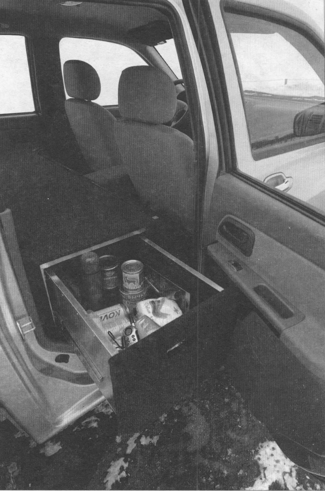 Правый выдвижной ящик - это походная кухня, всегда готовая накормить и обогреть экипаж