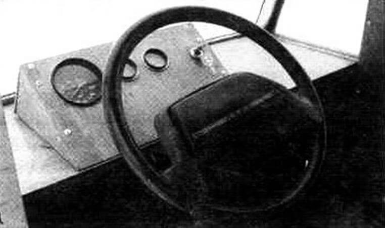 Управление, да и место водителя мало отличаются от автомобильного