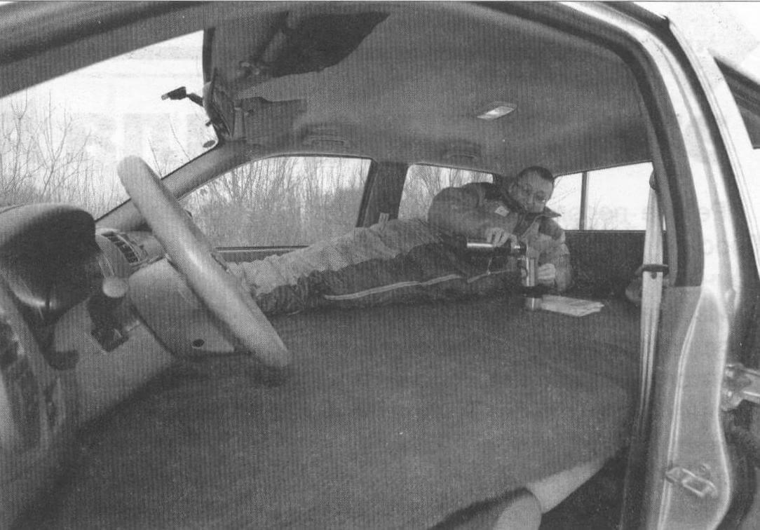 Получилась вполне комфортабельная кровать. Путешествуя в одиночку, можно ограничиться и более узким лежаком