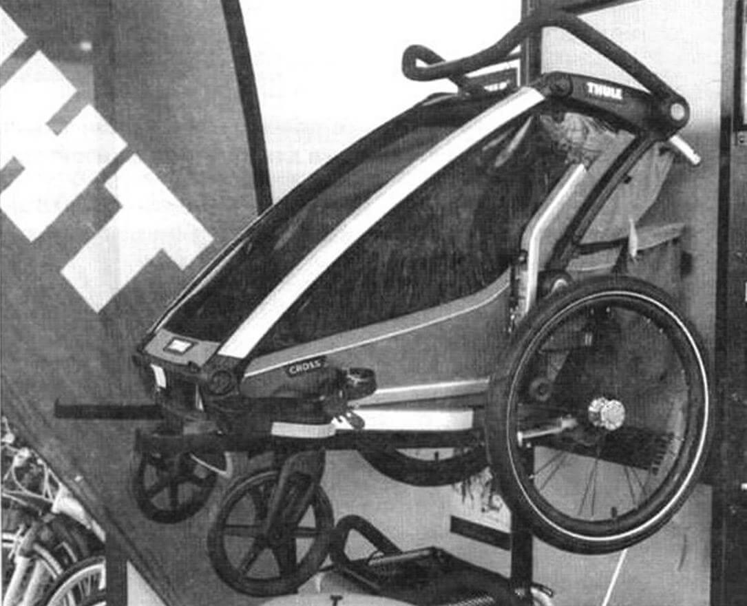 Коляски Thule можно использовать как прицепы к велосипеду или как обычные прогулочные. Есть одно- и двухместные версии. А некоторые допускают установку лыж вместо колес - отличное решение!