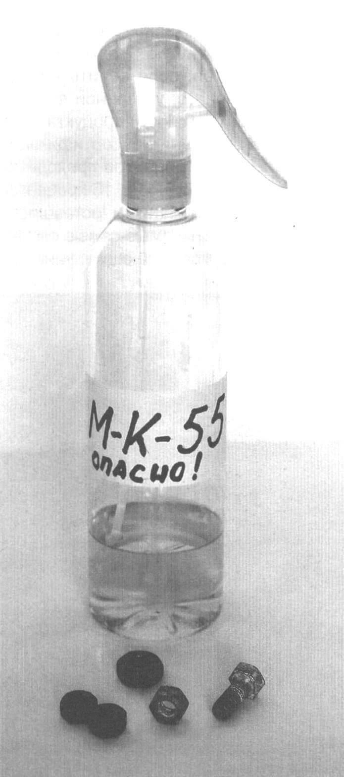 Заливаем «продукт» в баллончик с ручным пульверизатором из-под освежителя воздуха. Для повышения точности распыла сопло можно дополнить трубочкой. И не забывайте об осторожности: состав огнеопасен!