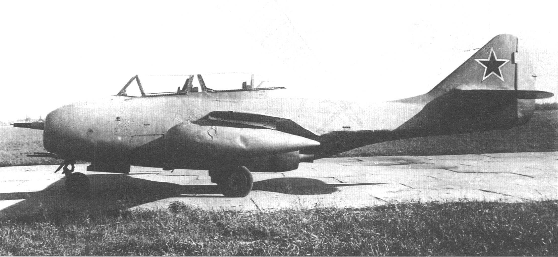 ФТ-2 с подвесными топливными баками на аэродроме НИИ ВВС