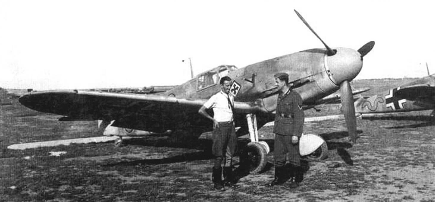 Немецкие летчики около Bf 109F. На самолете видна ручка инерционного стартера для запуска двигателя