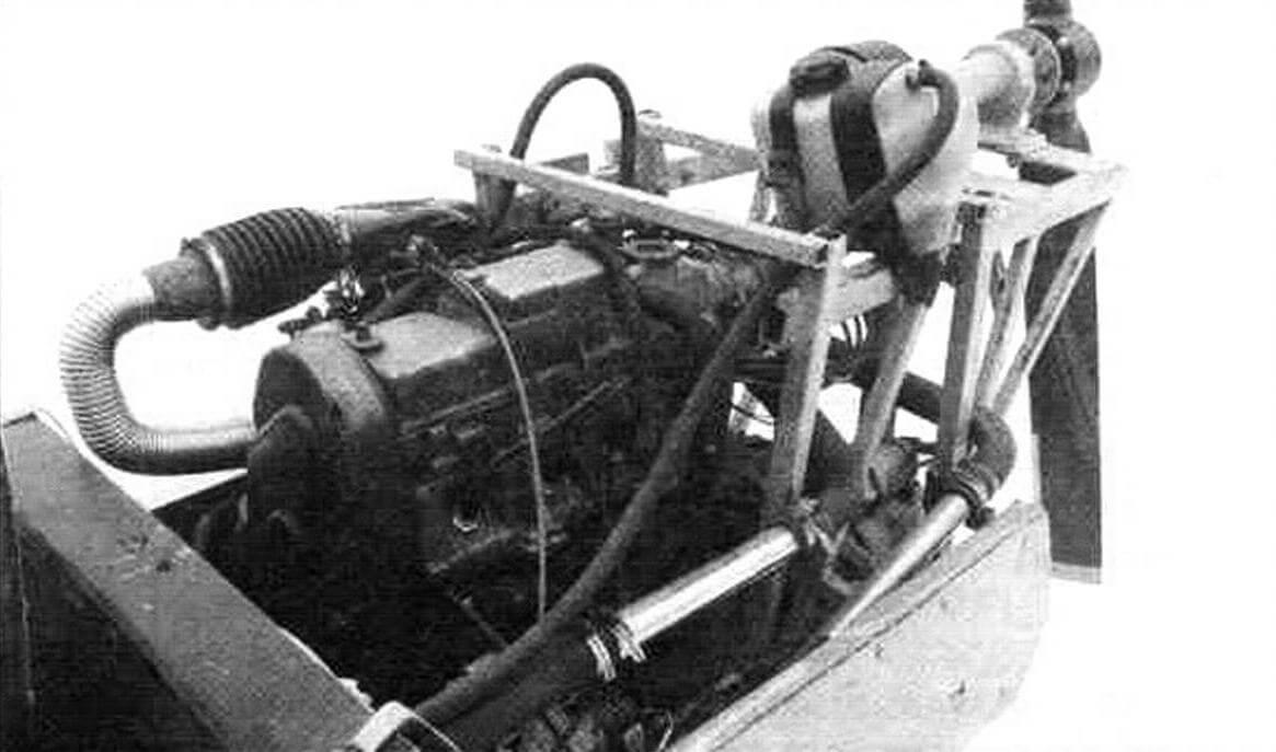 Двигатель от ВАЗ-2108 установлен на специальном подрамнике, верхняя часть которого служит опорой для вала воздушного винта