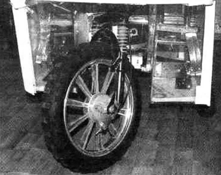 Кабина закрывает ездока со всех сторон. Педали управления опорными колесами находятся внутри
