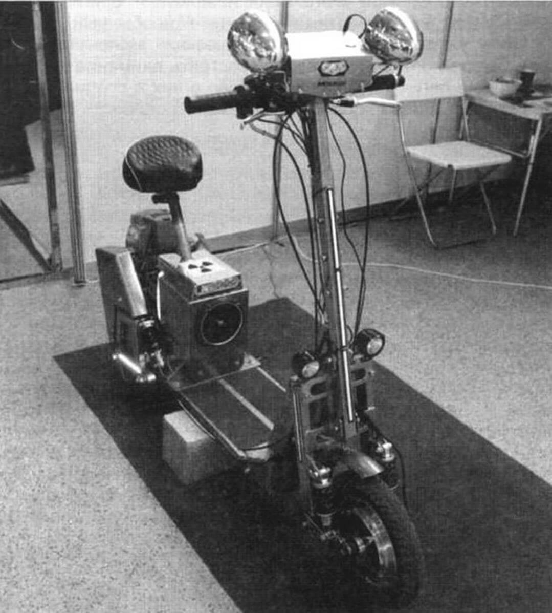 Самокат Виктора Санкина оборудован двумя силовыми установками. Спереди - электрический мотор-колесо для прогулок по парковым зонам отдыха...