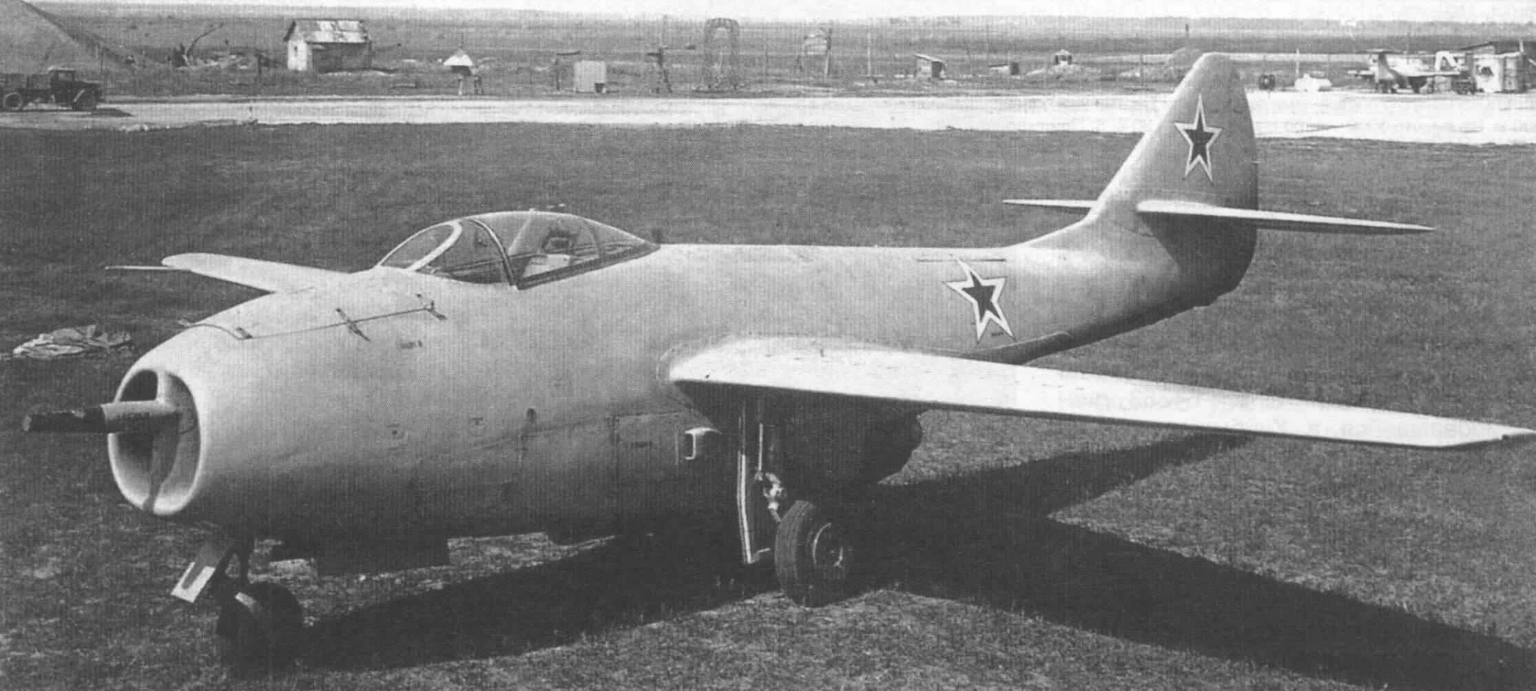 Возможно, это один из первых серийных МиГ-9, изготовленный для участия в параде. Наличие одной крупнокалиберной пушки может свидетельствовать лишь о необходимости сохранения необходимой центровки самолета