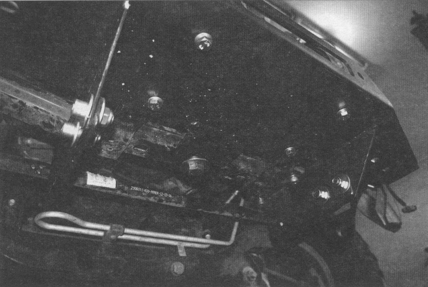 Вид на опорную площадку лебедки снизу. Она установлена вместо демонтированного усилителя бампера, взяв на себя его функции