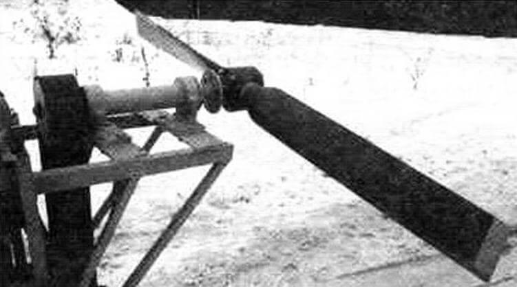 Крутящий момент к винту передается поликлиновым ремнем шириной 75 мм