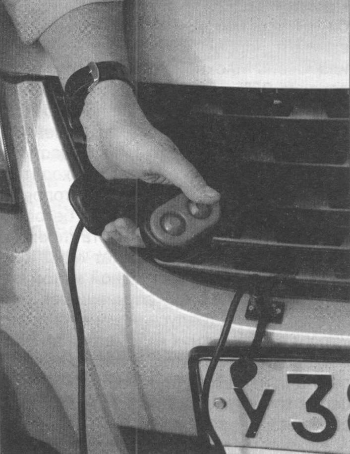 Управление лебедкой осуществляется проводным пультом (его гнездо вынесено на бампер) или по радиоканалу